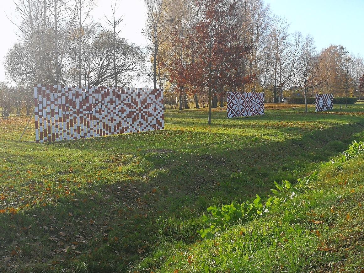 Trīs optiskie dekori Dobeles šosejā pie Mīlestības alejas