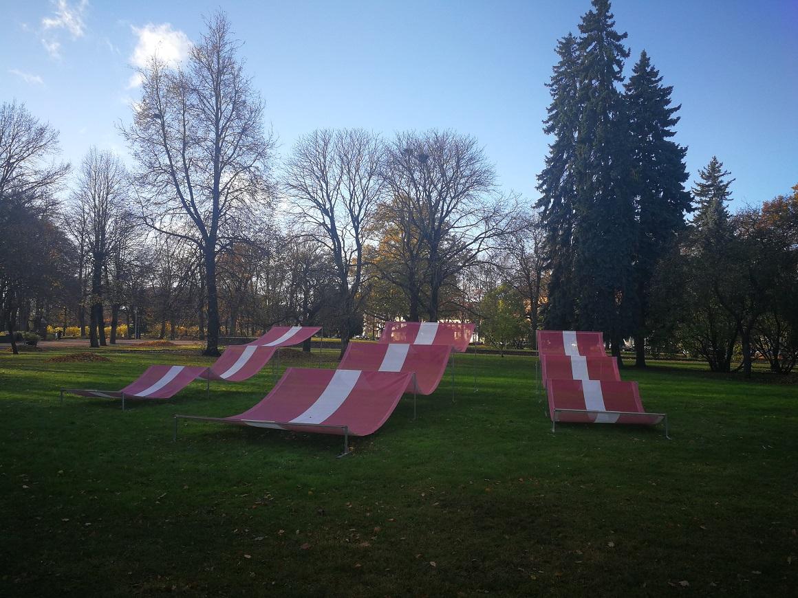 Metāla karkasi ar lielformāta karoga baneriem Raiņa parkā