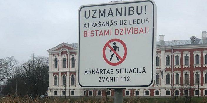 """Brīdinājuma zīme """"Atrašanās uz ledus ir bīstami dzīvībai!"""""""