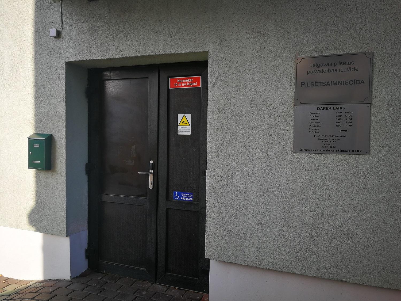 Iestādes ieejas durvis