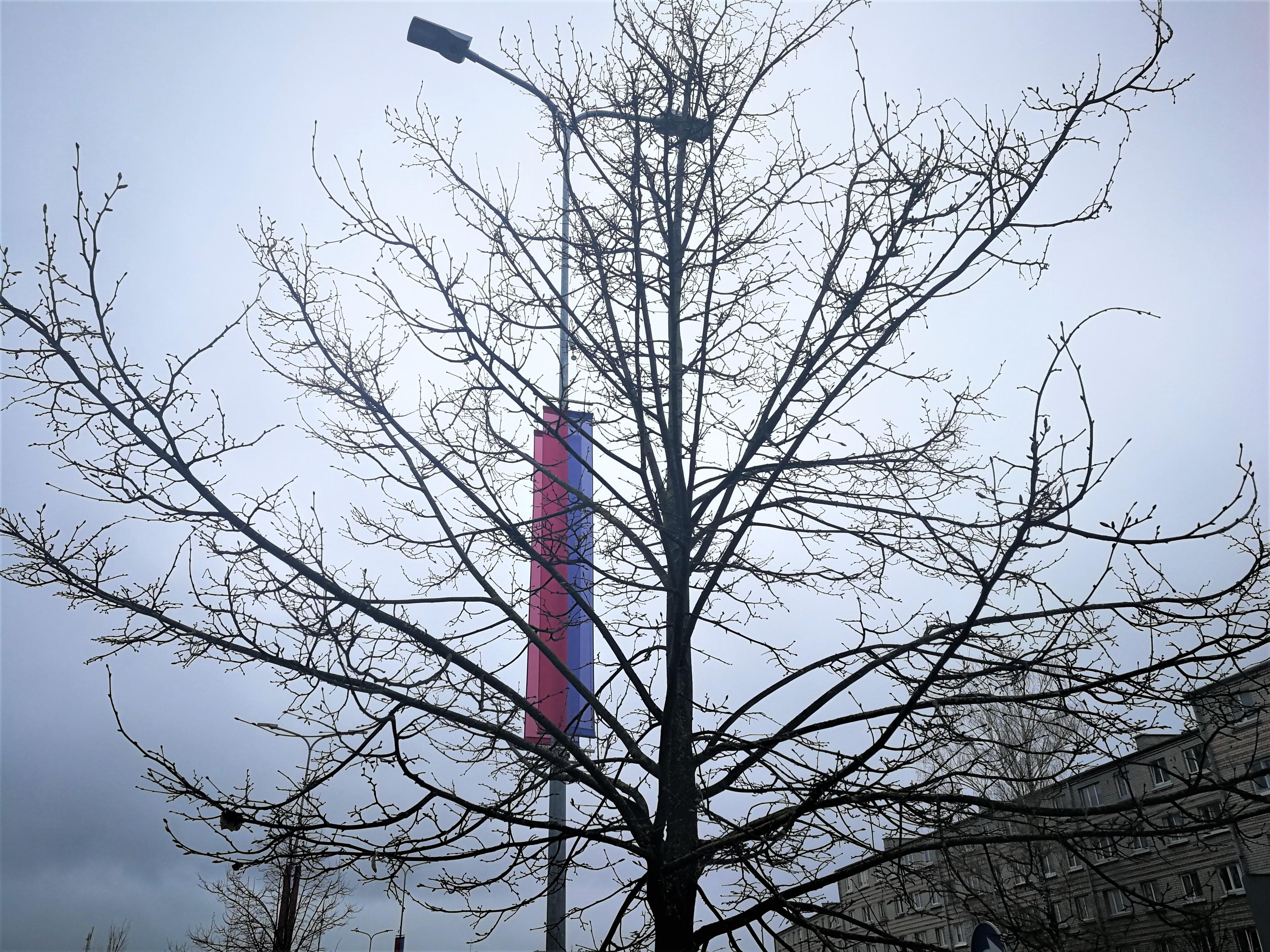 Pilsētas karoga banneris apgaismes balstā