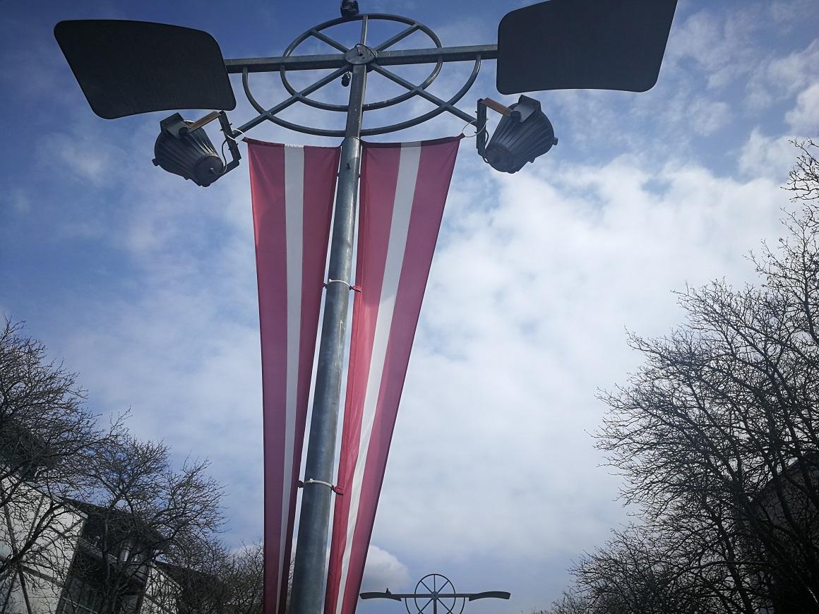 Valsts karoga banneris apgaismes balstā Driksas ielā