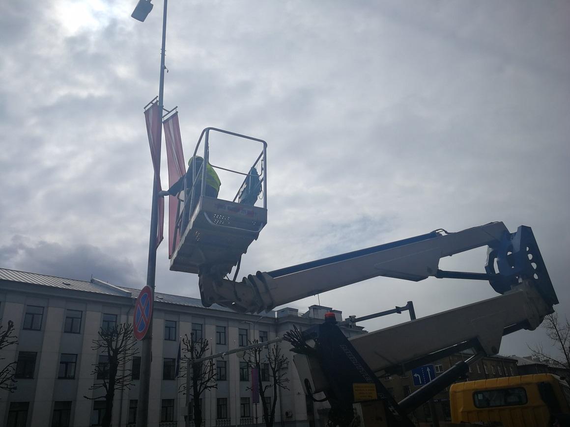 Valsts karoga banneris apgaismes balstā