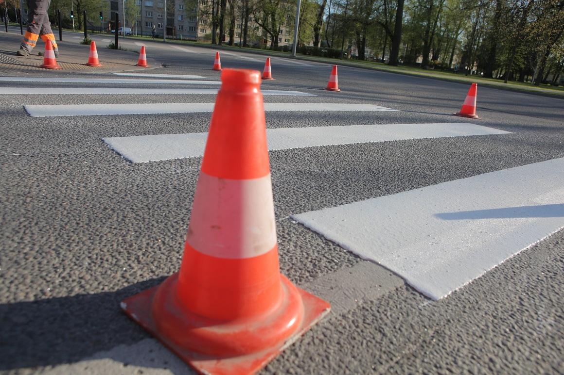 Horizontālā marķējuma uzklāšana gājēju pārejai Jāņa ielā ; Foto: Jelgavas pilsēta